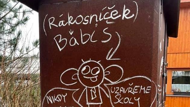 Českého premiéra vyobrazují frýdlantské děti jako pohádkovou televizní postavičku na udírně Restaurace Park, provozovatelé se na jedné straně hodně zlobí, ale na druhé ani moc nediví.