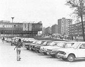 Ke konci sedmdesátých let minulého století měl obchodní dům Ještěr stále ještě původní podobu. Parkoviště v těsném sousedství obchodů je i v současnosti v provozu.