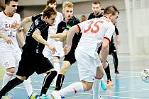 Futsalisté Třince (v bílém) podlehli na domácí palubovce Plzni 3:4.
