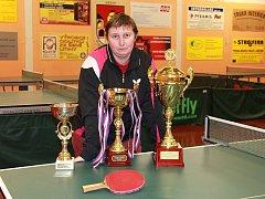 Marie Hrachová ve frýdlantské herně s poháry za největší klubové úspěchy z poslední doby.