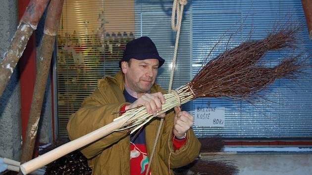 VÝROBA KOŠŤAT. František Kusý z Kozlovic vyráběl na loňském jarmarku košťata.