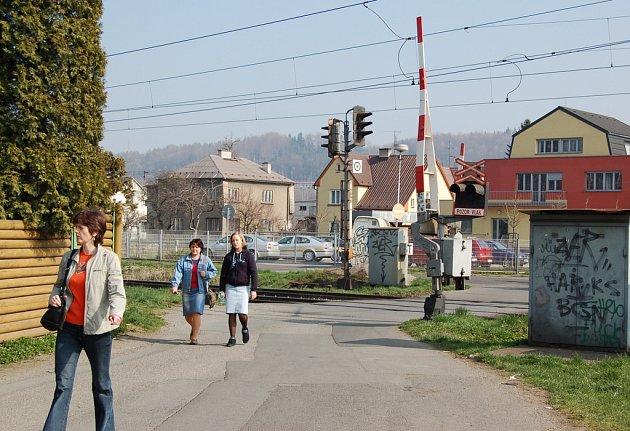 Stavba Via Lyžbice se plánuje v místech dnešního železničního přejezdu. Ilustrační snímek.