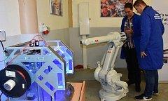 Žáci se naučí ovládat, ale také programovat roboty. Nové dílny a učebny bude moct navštívit i veřejnost.