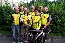Cyklisté Racing Teamu Olešná. Zleva stojí: Milan Fajkus (v Klatovech jel 150 km), Dalibor Guziur (200 km), Petr Rastislav (150 km), Michal Košák (200 km), Zina Matušková (200 km), Jaroslav Šabaj (200 km) a Roman Šnajder (250 km).