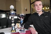 Marek Dosoudil s poháry, které získal v barmanských soutěžích.