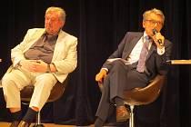 Známý politolog Petr Robejšek (vpravo) představil v třinecké Trisii své názory na řadu témat.
