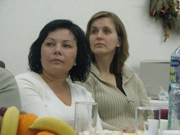 Marcela Raszková (vlevo) během setkání dobrovolníků v Třinci. Vedle ní sedí Petra Hudziecová z Nýdku, která se rovněž věnuje stejné činnosti.