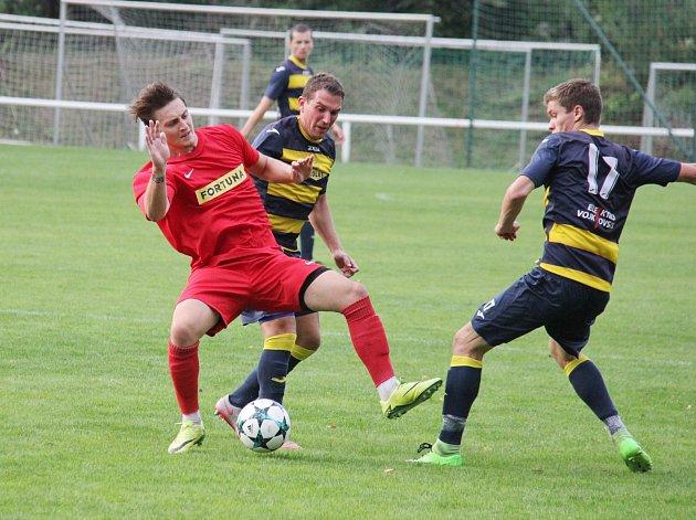 Divizní fotbalisté Frýdlantu (v pruhovaném) prohráli na domácím trávníku s Brumovem 0:1.
