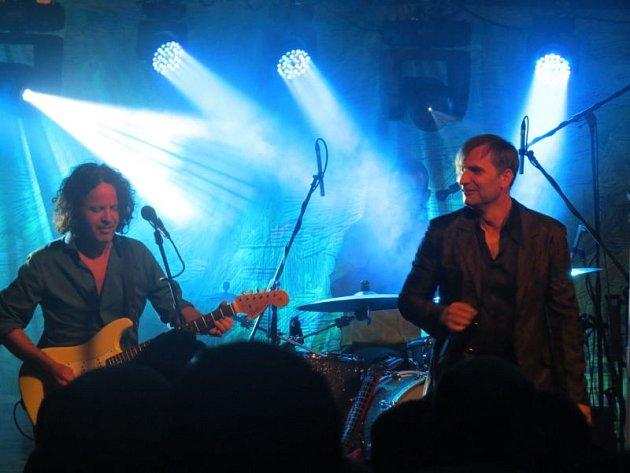 Beskydské hudební léto nabídlo v pátek 14. srpna další zajímavý koncert v areálu koupaliště Sluníčko v Ostravici. Fanouškům se ve výborné formě představila populární skupina MIG 21 v čele s Jiřím Macháčkem.