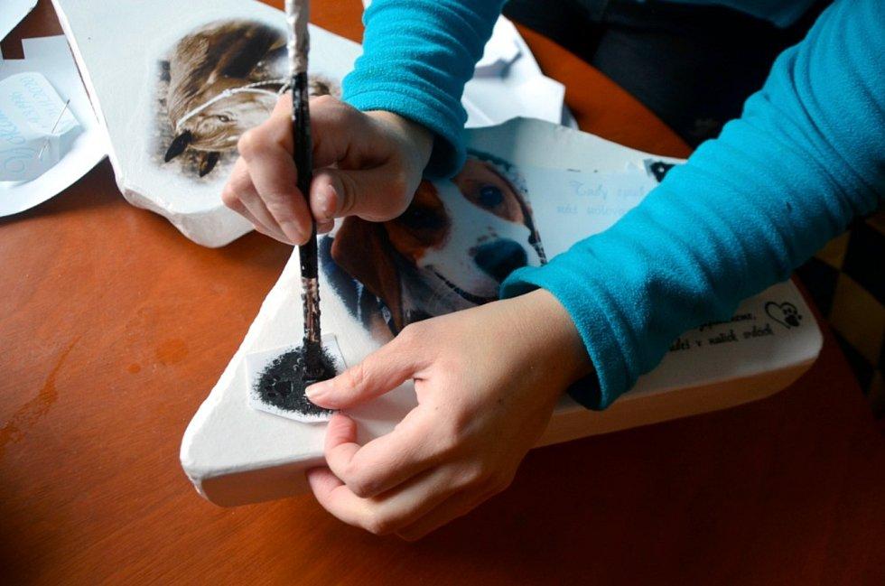 Petra Vaňousová z Frýdlantu vyrábí kamenné pomníčky jako vzpomínku na uhynulá zvířata.