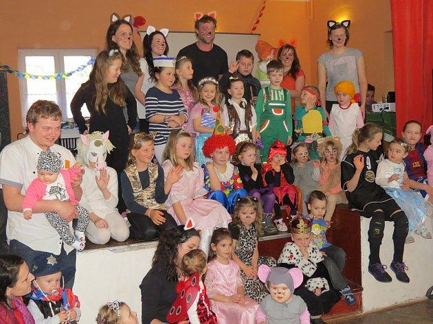 Dětský maškarní karneval pobavil vsobotu odpoledne malé ivelké návštěvníky restaurace UToflů. Akci tradičně uspořádal SDH Bystré ve spolupráci smístní TJ Sokol.