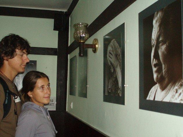 Návštěvníci se mohou přijít podívat na výstavu fotografií Jana Kufy Kičeřoka, zda na fotkách neuvidí někoho ze svých známých.