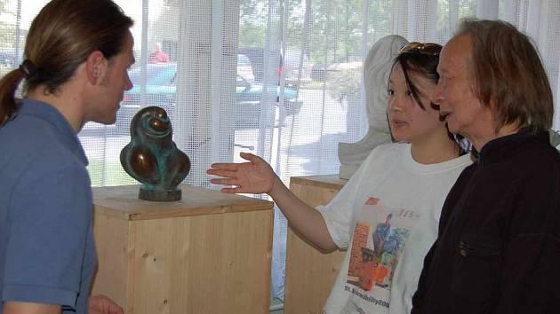 Výstavu navštívilo zhruba 150 lidí. Na snímku sochař Emil Adamec, jeho žena a její otec sedmdesátiletý To Shui Ming.