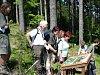Návštěvníci u informační tabule naučné stezky Mionší v Dolní Lomné.