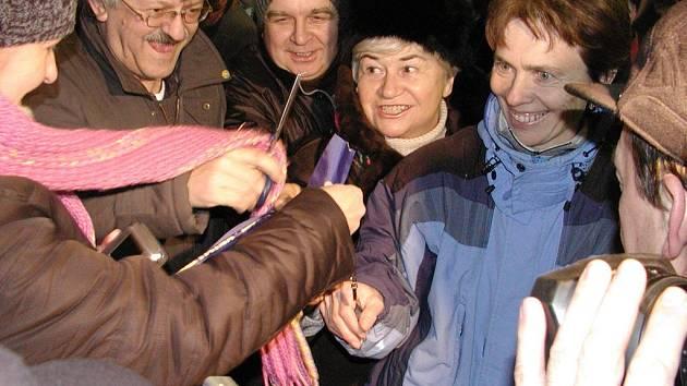 Lidé se dělí o pásku, jejíž přestřižení ukončilo hraniční kontroly v Horní Líštné.