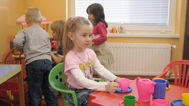 Malé předškoláky z Řepišť proslovy při slavnostním otevírání zdejší zrekonstruované mateřské školy moc nebavily a raději si novou  hernu hned vyzkoušeli.