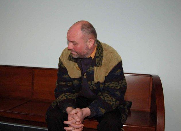 Nehoda v Jablunkově dostala před soud Josefa Byrtuse. Muž podle obžaloby řídil opilý, na křižovatce nedal přednost motorce a jejímu řidiči způsobil těžké zranění.