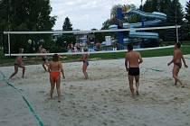 Hřiště na beach volejbal v areálu třineckého letního koupaliště.