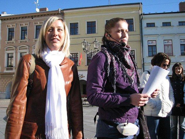Karolína Košařová (vlevo) nechyběla na konci října při Dni s průvodcem v Místku. Na náměstí Svobody vedle ní stojí průvodkyně Ilona Sedláčková.
