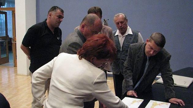 Hukvaldští zastupitelé na svém zasedání v úterý 29. září řešili mimo jiné i 5. změnu územního plánu a v rámci ní opravu nebezpečného Sklenovského mostu.
