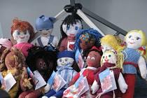 V Městské knihovně ve Frýdku-Místku bylo ve středu 23. dubna slavnostně předáno čtrnáct panenek. Výtěžek z prodeje půjde na očkování dětí v Africe.
