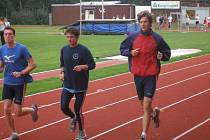 TRENÉREM SLEZANSKÝCH atletů je Josef Nejezchleba (uprostřed). Na snímku je zachycen při tréninku se svými svěřenci Miroslavem Lepíčkem (vlevo) a Petrem Mikulenkou.
