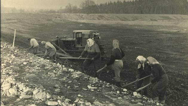 Na počátku stavby přehrady v Bašce se na jaře roku 1959 začínalo pracovat i s motykami.