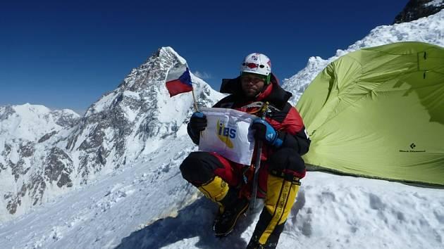 Libor Uher s vlaječkou České republiky v pohoří Velký Karákóram.