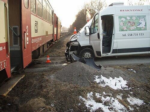 Čtyři jednotky hasičů zasahovaly v úterý 1. března vpodvečer v Ropici u nehody osobního motorového vlaku s dodávkovým automobilem Fiat Ducato.