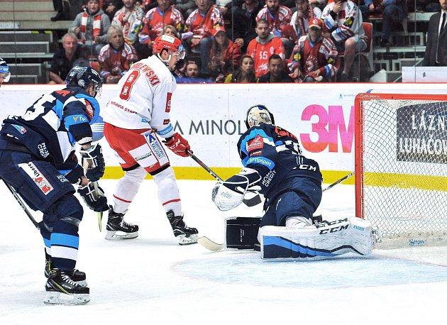 Hokejové finále číslo 3.Třinec (vbílém) bojoval doma proti Liberci.