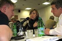 O přestávce jednání třineckých zastupitelů debatovali Bohdan Sikora (vlevo), Martina Wolna a Radim Kozlovský. Jako zástupci koalice neměli proti rozpočtu žádné výhrady.