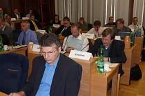 Opoziční zastupitelé města Petr Konůpka (v popředí) i Rafael Kučík (v lavici za ním) prosazovali, aby město smělo úvěr použít jen na dotované investiční akce.