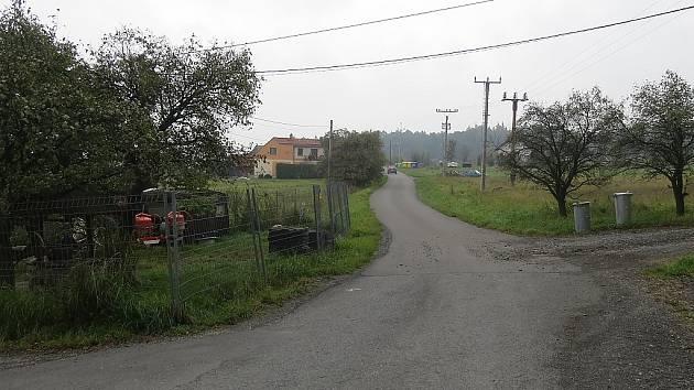 Cesta dříve oddělovala dvě obce. Napravo od ní byla fryčovická část, které se říkalo Krnalovice. Nalevo se rozkládaly hukvaldské Rychaltice. Nyní území na obou stranách cesty spadá pod Krnalovice, které jsou od léta oficiální částí Hukvald.
