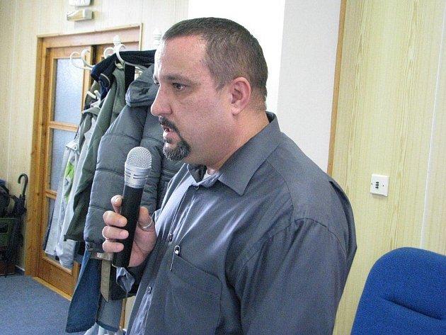 Zdeněk Gašpar vysvětluje zastupitelům situaci kolem pozemků, na nichž se má stavět kanalizace. Firma, kterou zastupuje, má zájem o objekt v lokalitě Osůvky.