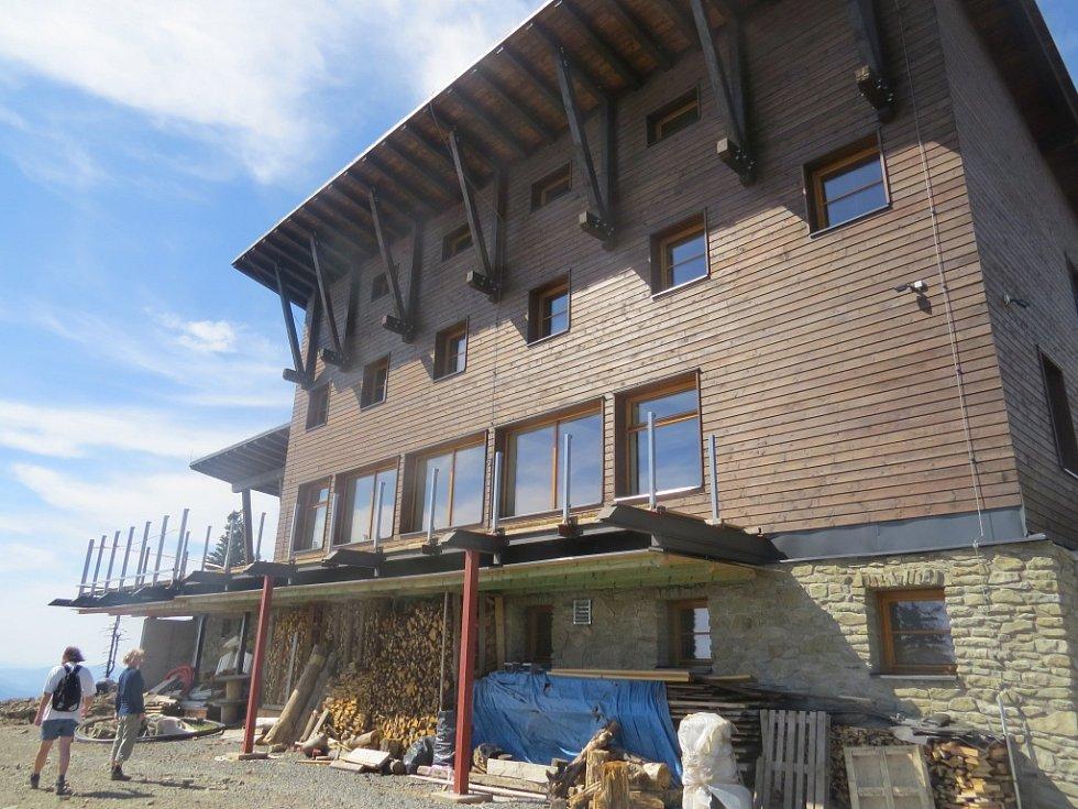 Obnovená Bezručova chata na Lysé hoře v Beskydech.