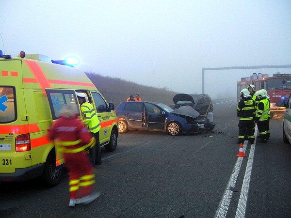 vě jednotky hasičů zasahovaly vneděli brzy ráno udopravní nehody tří osobních automobilů uMostů uJablunkova nedaleko hraničního přechodu se Slovenskem. Vyžádala si několik zraněných osob.