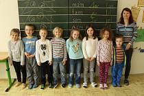 Na snímku jsou prvňáčci ze základní školy ve Skalici u Frýdku-Místku. Třídní učitelkou prvního ročníku je Jana Koziorková.