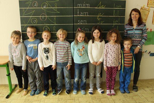 Na snímku jsou prvňáčci ze základní školy ve Skalici uFrýdku-Místku. Třídní učitelkou prvního ročníku je Jana Koziorková.