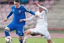 Třinecký středopolař Martin Motyčka (vpravo) se snaží obrat o míč ostravského Ondřeje Chvěju.