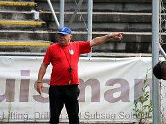 Trenér frýdecko-místeckých fotbalistů Leoš Kalvoda při přípravě svých svěřenců.