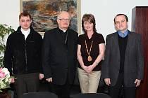 František Lobkowicz (druhý zleva) při návštěvě Bašky.
