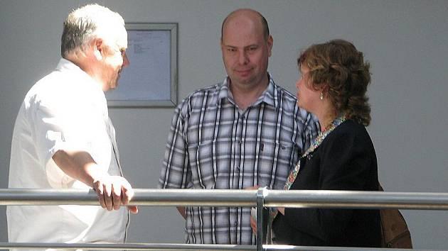 Okresní soud ve Frýdku-Místku vynesl v pondělí 30. května rozsudek nad již bývalým policistou Martinem Malinou. Uznal jej vinným z trestného činu podplácení, za což mu uložil trest odnětí svobody v délce dvou let s podmíněným odkladem na čtyři roky.