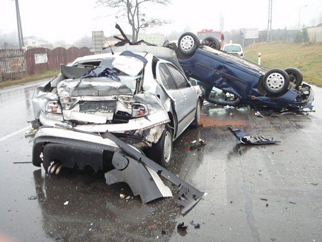 Srážka tří kamionů a čtyř vozidel na hlavním tahu mezi Třincem a Jablunkovem v Bystřici nad Olší si vyžádala čtyři zraněné.
