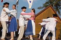 TANČILI PŘÍBĚHY. Soubor Grunik z Ostravice ve Lhotce zatančil a zazpíval v odpoledním pásmu Příběhy písní a tancem vyzpívané.