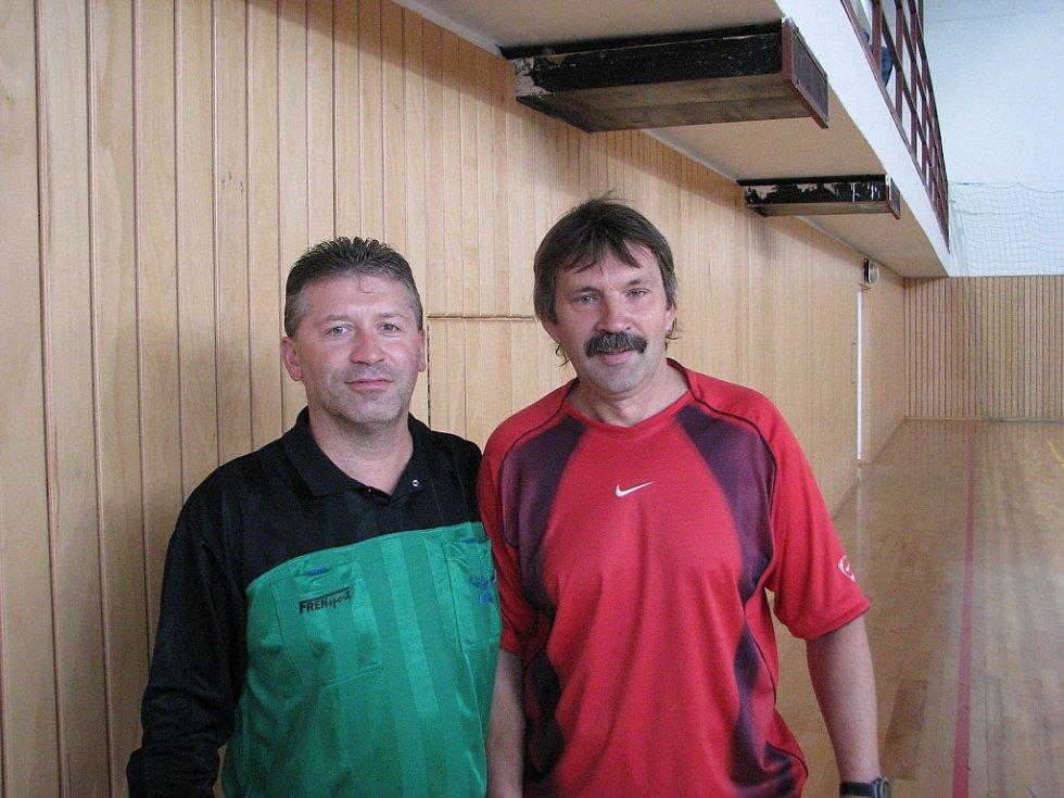 Na snímku generální pořadatel Frýdecko-místecké ligy v sálové kopané Vlastimi Lepík s rozhodčím Bronislavem Bajtkem.