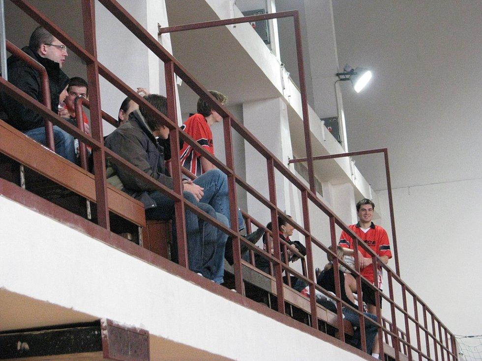 Snímek z úvodního dne 16. ročníku Frýdecko-místecké ligy v sálové kopané. Nedělní dopoledne patřilo druholigové soutěži.