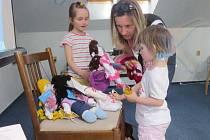 Látkovou panenku si na místě zakoupila také jedna z maminek.