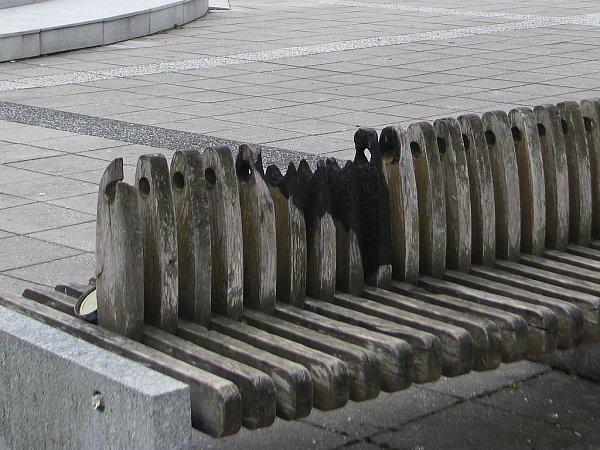 Ohořelá lavička před místeckým kinem Petra Bezruče.