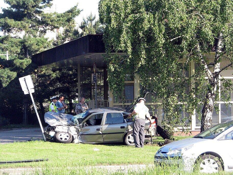 Zranění a omezení dopravy si v úterý 26. května v ranních hodinách vyžádala srážka osobního auta s kamionem na Rubikově křižovatce ve Frýdku-Místku.