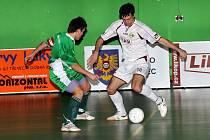 Třinecký futsalista Lukáš Stoszek (vpravo) se snaží obehrát hostujícího Sedláře.